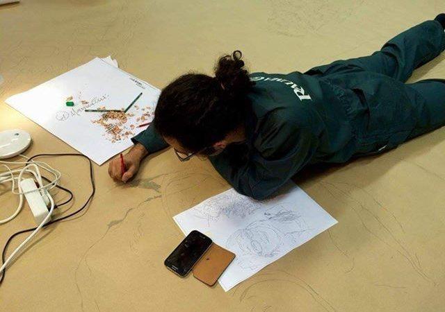 Realizza un disegno a matita su un foglio di ben 97 metri X 4.Un successo unico! Foto e video