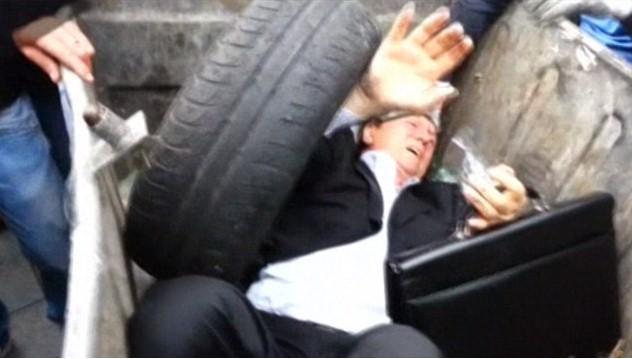 In Ucraina i politici li gettano nel cassonetto!Guardate cosa è successo a questo deputato