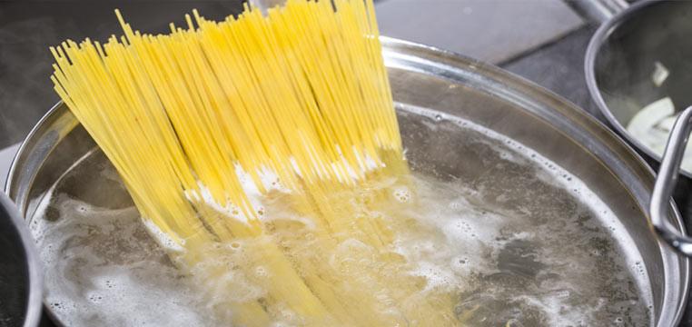 Butti l'acqua di cottura della pasta? E' utilissima per molte cose. Ecco come riutilizzarla