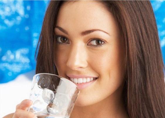 Lo sapevi che si può dimagrire anche bevendo 2 o 3 bicchieri d'acqua prima dei pasti?
