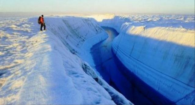 I ricercatori hanno trovato qualcosa di enorme nascosto sotto la calotta di ghiaccio dell' Antartide orientale.VIDEO