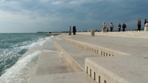 Le onde sbattono sulla riva e fanno suonare un organo sugli scalini.Ecco dove il mare si trasforma in musica