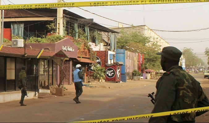 L'Isis colpisce ancora!Nuovo attentato in Mali.Assalito un albergo di turisti:10 morti e 170 ostaggi