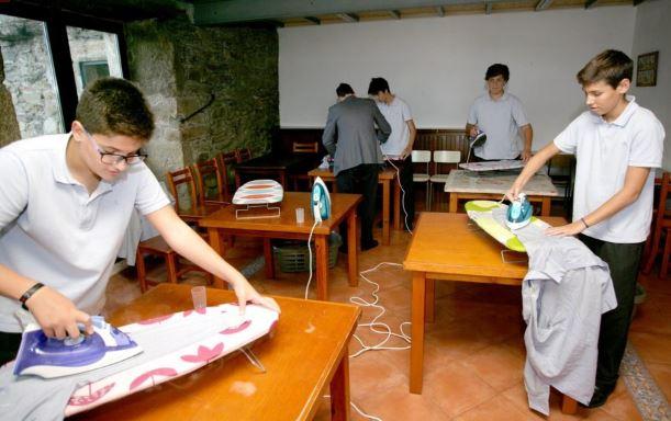 La scuola che introduce un'ora di attività domestiche per i maschietti. Si cucina, si lava e si stira