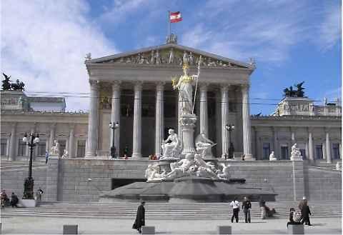 L'Austria vara la riforma anti-Islam: niente soldi dall'estero per le Moschee, prediche in tedesco
