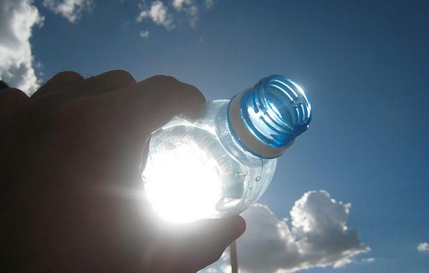 ATTENZIONE!Non lasciate le bottiglie di plastica al caldo o esposte al sole,rischio tumori!