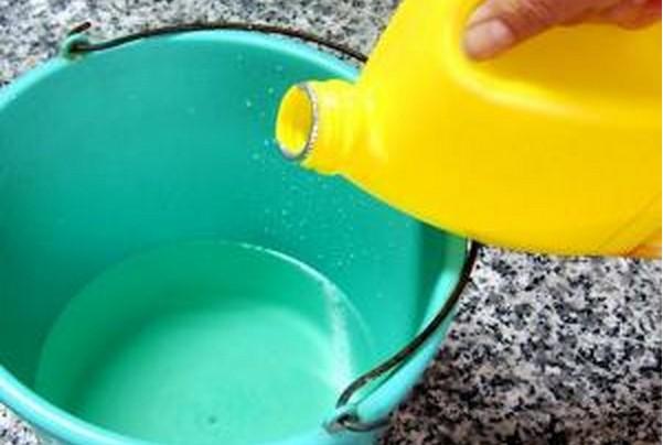 Ecco cosa potrebbe succedere se pulisci casa con la candeggina in presenza del tuo bambino