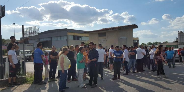Un intero paese si barrica contro gli immigrati e sconfigge il governo del PD. IL VIDEO