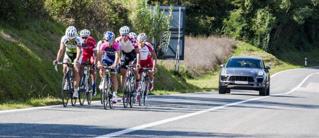 E' giusto arrabbiarsi quando i ciclisti pedalano in gruppo? La risposta è nel Codice della Strada