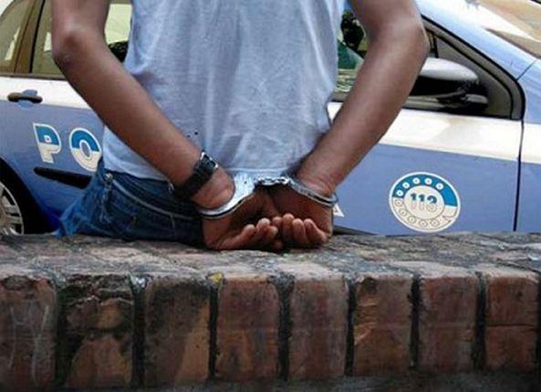 Extracomunitario con spranga aggredisce poliziotti! Nessun Tg divulga, ma distraggono dai reali problemi.IL VIDEO