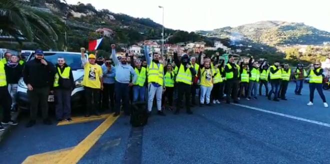 Gilet gialli chiedono aiuto:sconfinano a Ventimiglia e cantano l'Inno italiano
