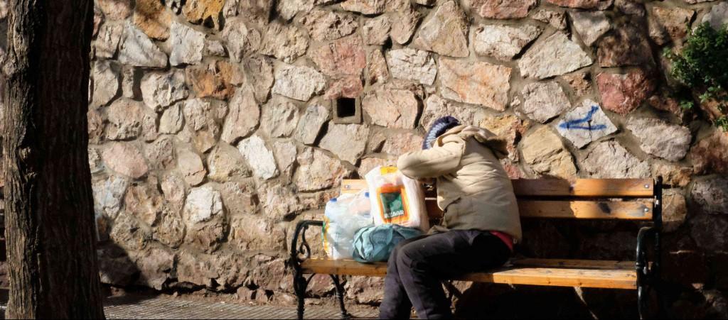 Greci che mangiano gli avanzi dei profughi.L'assurdo paradosso di Ritsona