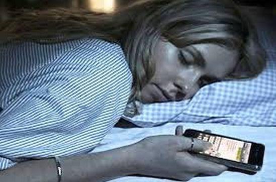 ATTENZIONE!Dormire vicino al cellulare fa male!Causa gravi danni inizialmente impercettibili,ma poi....