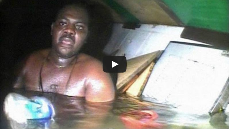 Riesce a sopravvivere per 3 giorni in una nave affondata,i sub lo salvano.IL VIDEO INCREDIBILE
