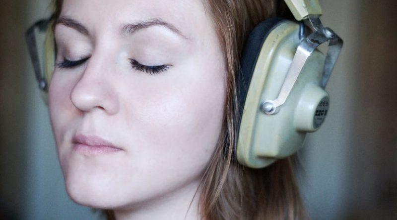 La musica ci aiuta a superare gli attacchi di panico ed esiste una canzone adatta per superarli, ecco quale!