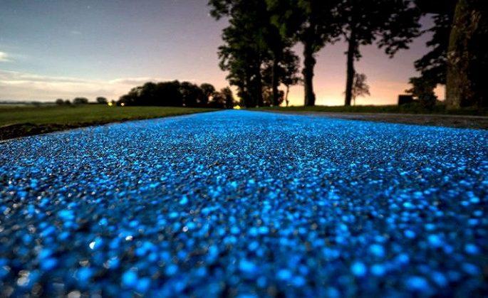 La prima pista ciclabile fosforescente caricata dal sole è in Polonia