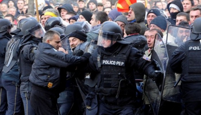 Per annettere i Balcani alla Nato e alla UE,gli Usa fomentano la rivoluzione in Macedonia.Ma nessuno lo dice