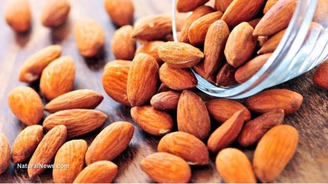 Mangiare mandorle  riduce i rischi di malattie cardiache, e fa calare la pancia...
