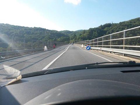 Questo ponte è pericolosissimo e molto trafficato, ma non ci sono i soldi.Scoppia il panico.Ecco dove