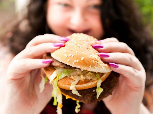 Ecco cosa succede nel nostro stomaco quando ingeriamo un panino del McDonald's.ASSURDO!VIDEO