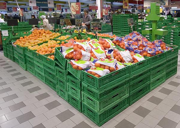 La grande distribuzione rifiuta la nostra ortofrutta e ci invade di prodotti stranieri.L'attacco della Coldiretti