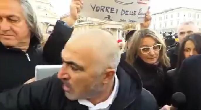 Padre disperato racconta la sua drammatica e assurda storia in piazza davanti a tutti.VIDEO