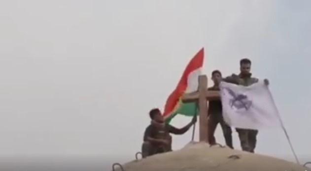 Dopo aver riconquistato Batnay dall'Isis rimettono la croce cristiana sulla chiesa.Questi sono i peshmerga.VIDEO