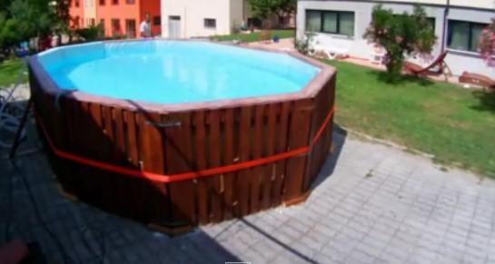 12Pallet, pannelli di compensato ed un telo. Ecco come fare una piscina fai da te dai costi davvero contenuti