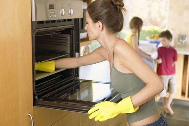 Gli ingredienti di uso comune per pulire il forno senza prodotti chimici