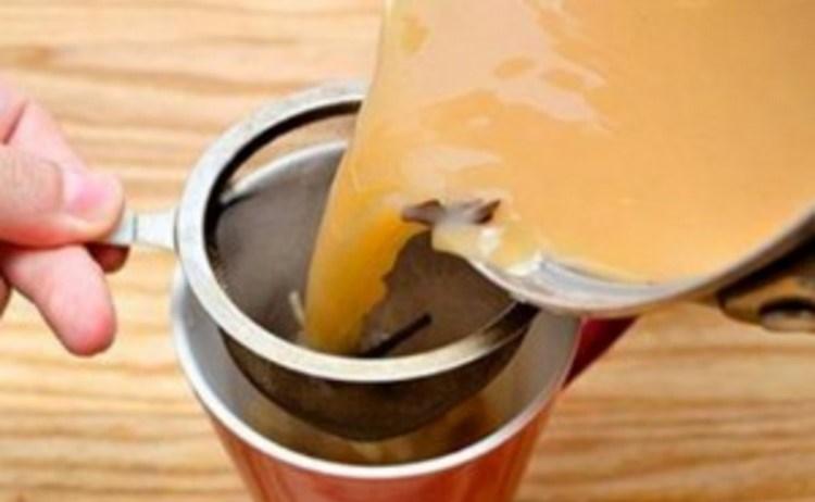 La ricetta indiana del tè allo zenzero e curcuma dalle innumerevoli proprietà benefiche.