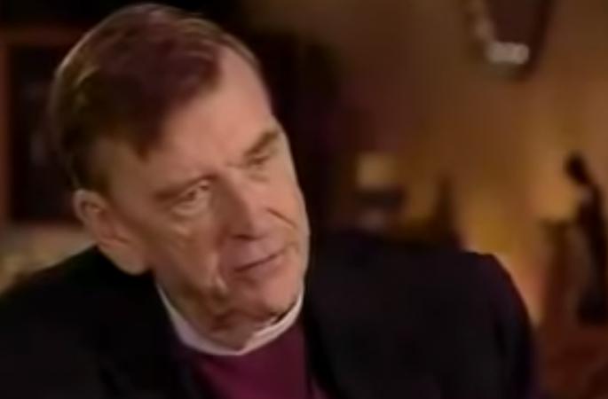 Sacerdote in pensione spiega come la religione sia usata per controllare le persone