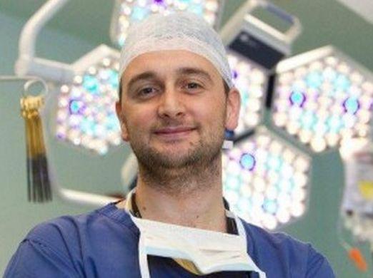 E' italiano ed è il più giovane e miglior cardiochirurgo di Londra.In Italia sarebbe precario