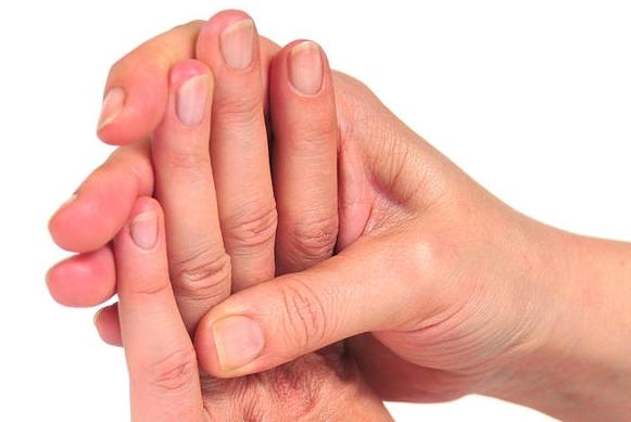 Guardandoti le mani puoi capire il tuo stato di salute.Ecco 12 sintomi di malattie che si possono capire dalle mani