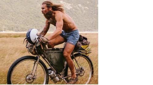 Abbandona la sua carriera,lavora per sopravvivere e gira il mondo in bici in luoghi incantevoli.FOTO