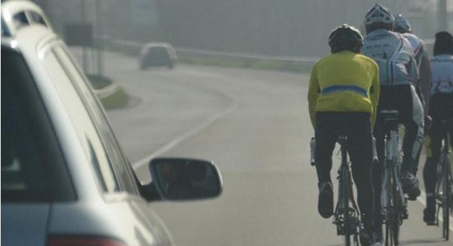 ATTENZIONE alla nuova legge sul sorpasso ai ciclisti, previste multe fino a 651€! Ecco cosa prevede