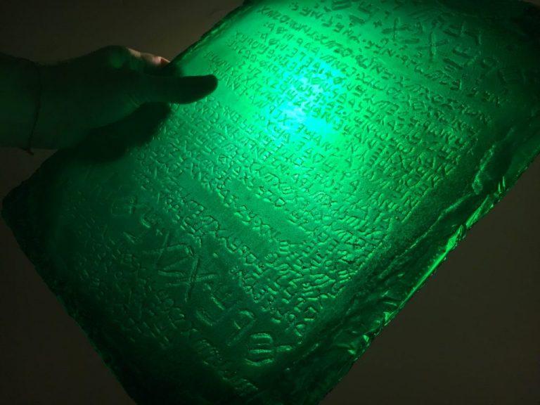 La tavola di smeraldo scoperta migliaia di anni fa contiene i segreti del cosmo e della longevità