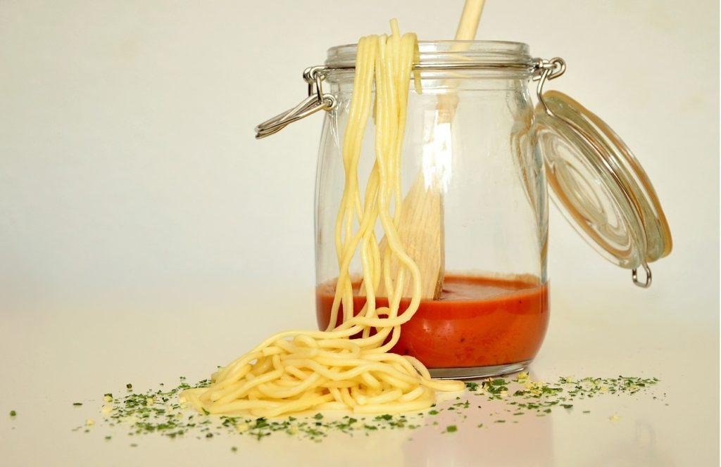 Spaghetti con grano canadese, salsa di pomodoro cinese e olio d'oliva tunisino