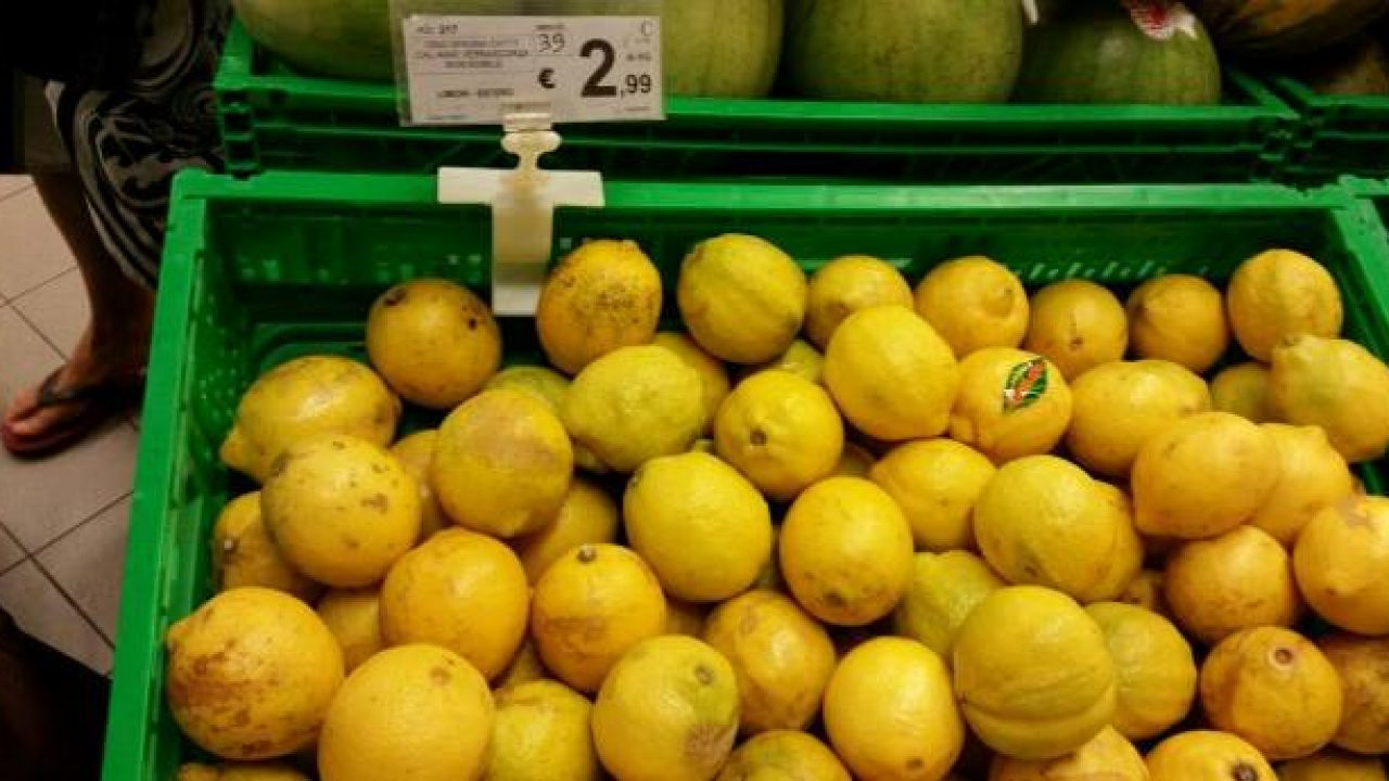 Sicilia, limoni cancerogeni dalla Spagna: scatta il sequestro in un centro commerciale