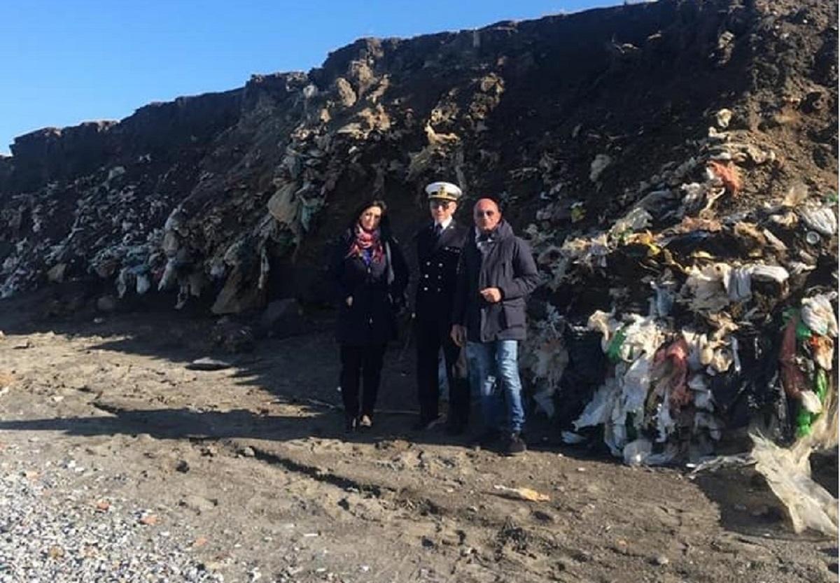 Discarica abusiva di 20 ettari nascosta sotto una spiaggia vicino Messina. Scoperta perchè la mareggiata ha portato via la sabbia