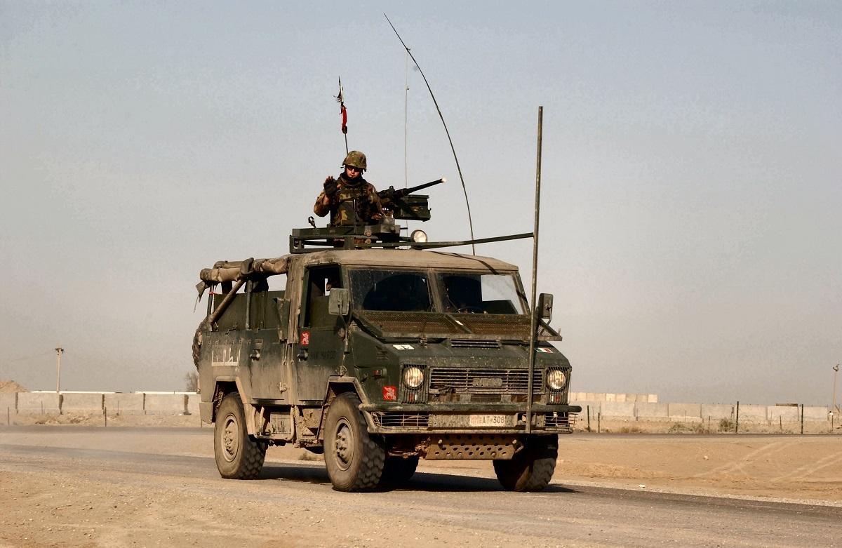 Soldati italiani sotto il tiro dei mortai. Via da base USA a Baghdad