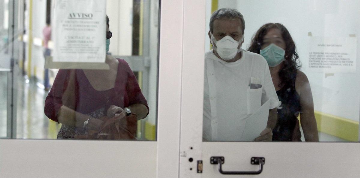 Napoli: In fila per il tampone si spazientisce e sputa ai sanitari. Tutti in quarantena e locale evacuato