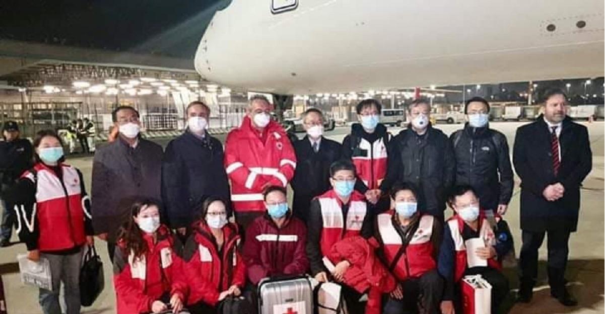 Appena arrivati medici, mascherine e ventilatori polmonari dalla Cina. La diretta