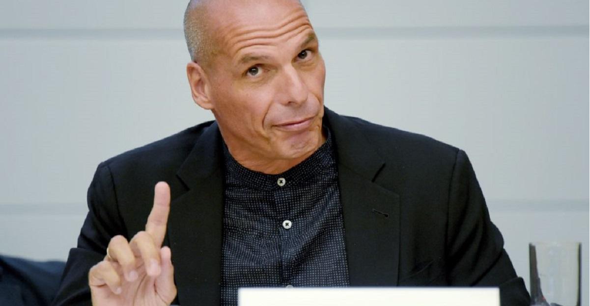 """Varoufakis: """"Accettando il Mes l'Italia si è condannata all'austerità permanente"""""""