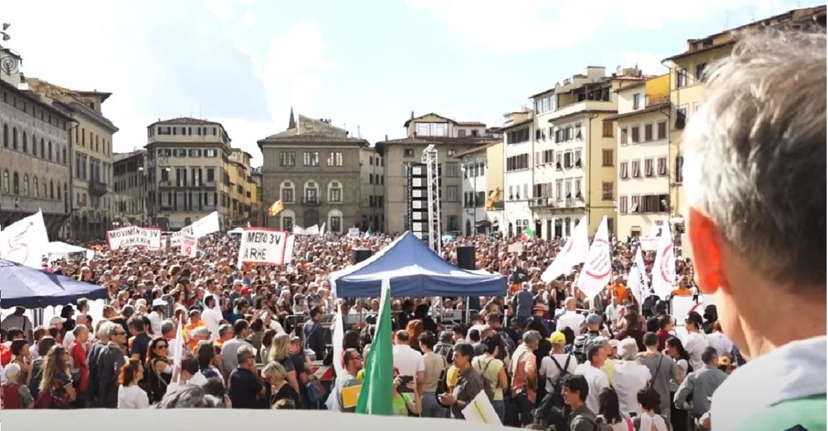 "Boom a Firenze del ""Movimento 3V"" no vax di Sara Cunial. Mega assembramento senza mascherine"