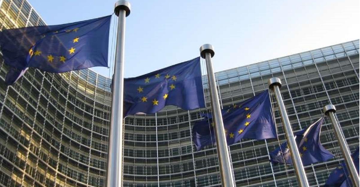 Vaccini a tappeto per scongiurare nuovi lockdown: la strategia ricatto dell'UE