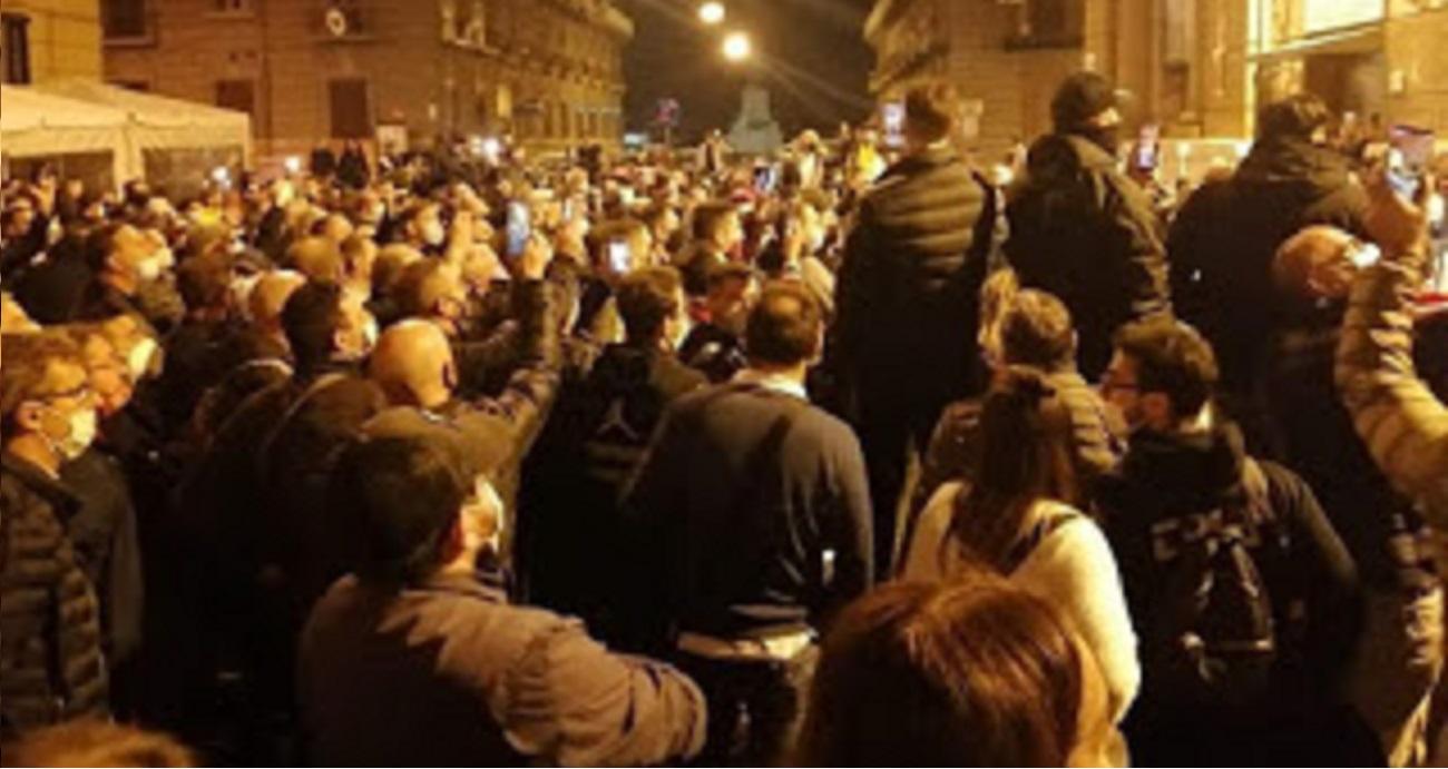 De Luca annuncia nuovo lockdown in Campania, e Napoli si ribella