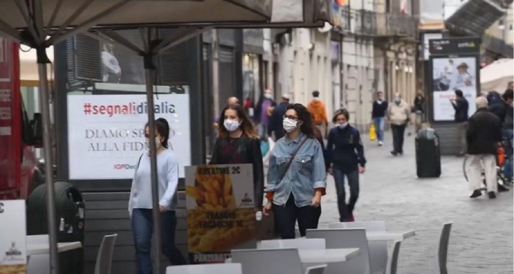 mascherina all'aperto contagi in aumento
