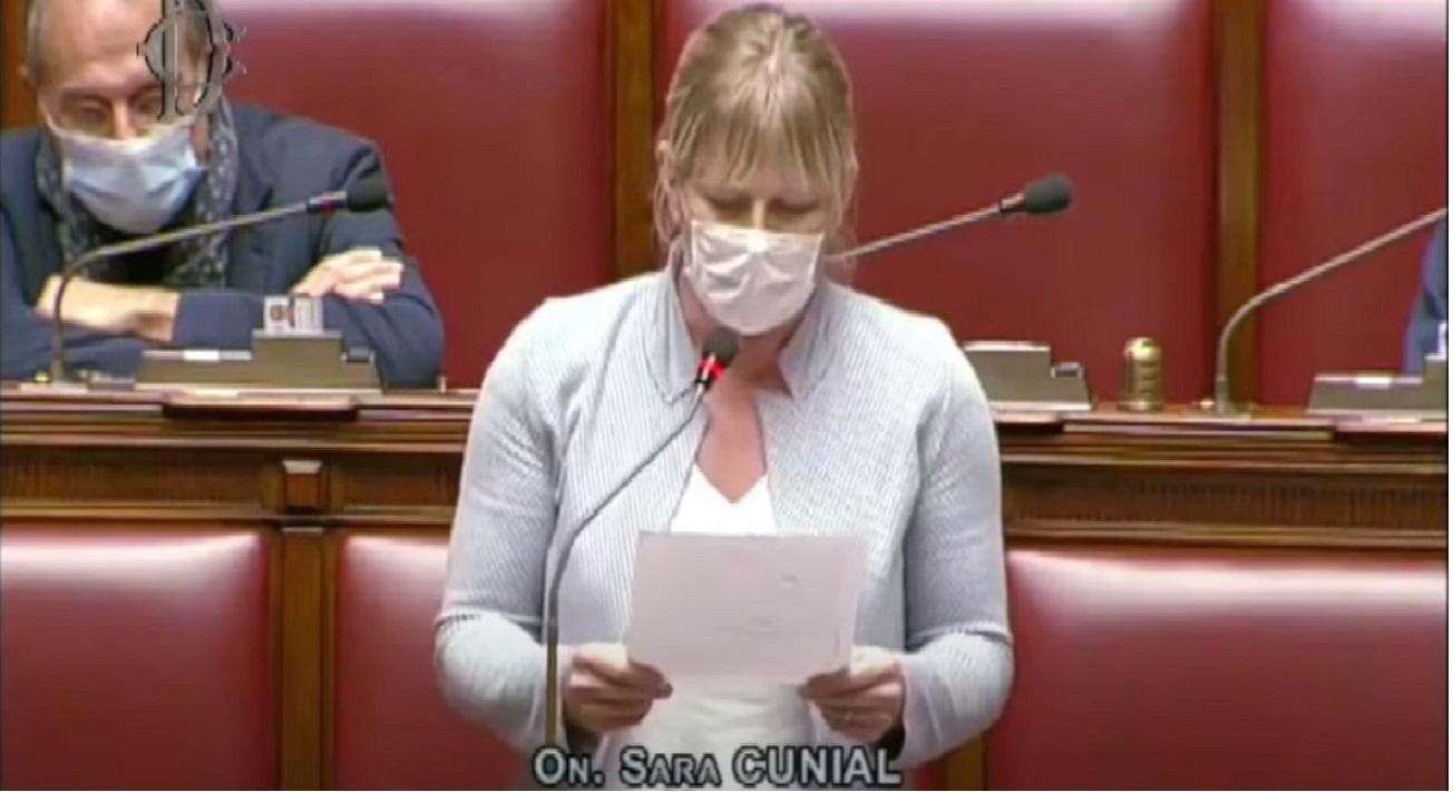 """Sara Cunial alla Camera: """"i vostri decreti servono a farci morire non a vivere"""""""