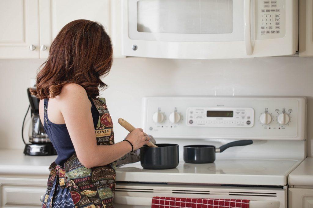 Donna casalinga prepara da mangiare