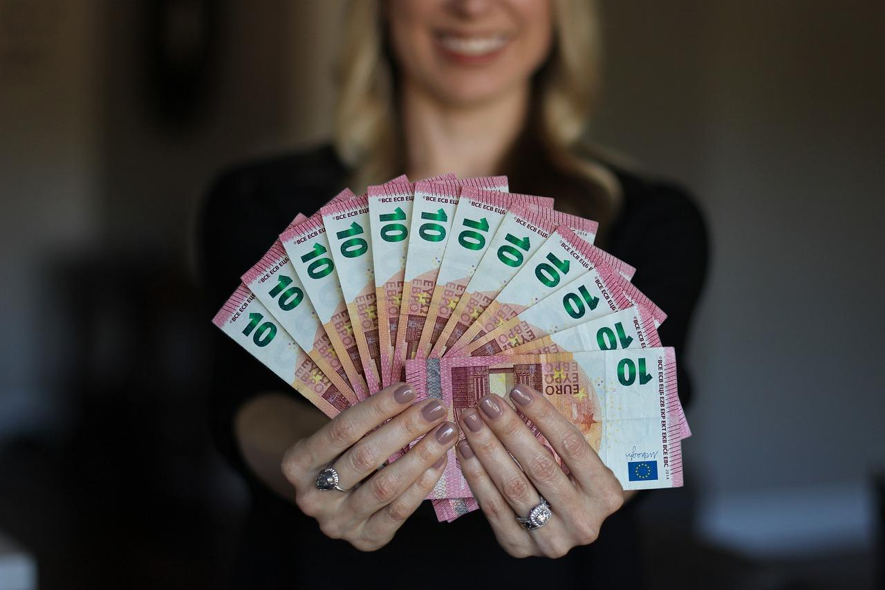 Donna felice con banconote da 10 euro